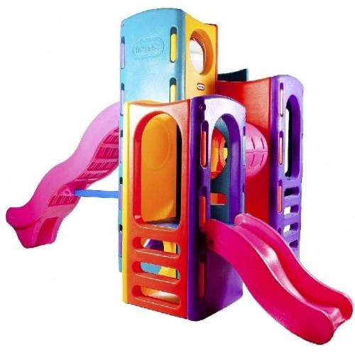 Parco giochi con oblò e scivolo per bambini