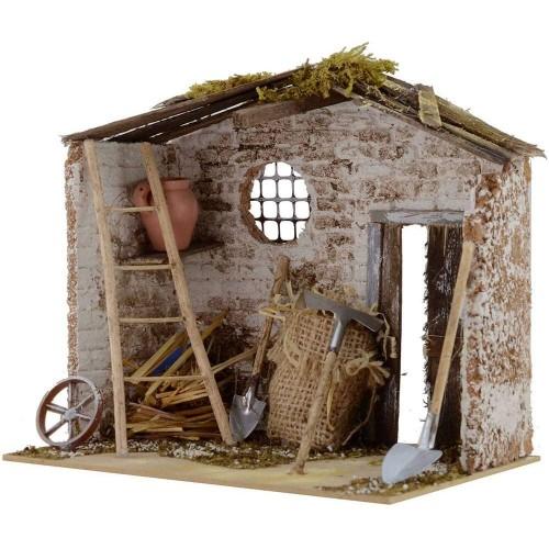 Vecchia casa in legno con attrezzi per presepe
